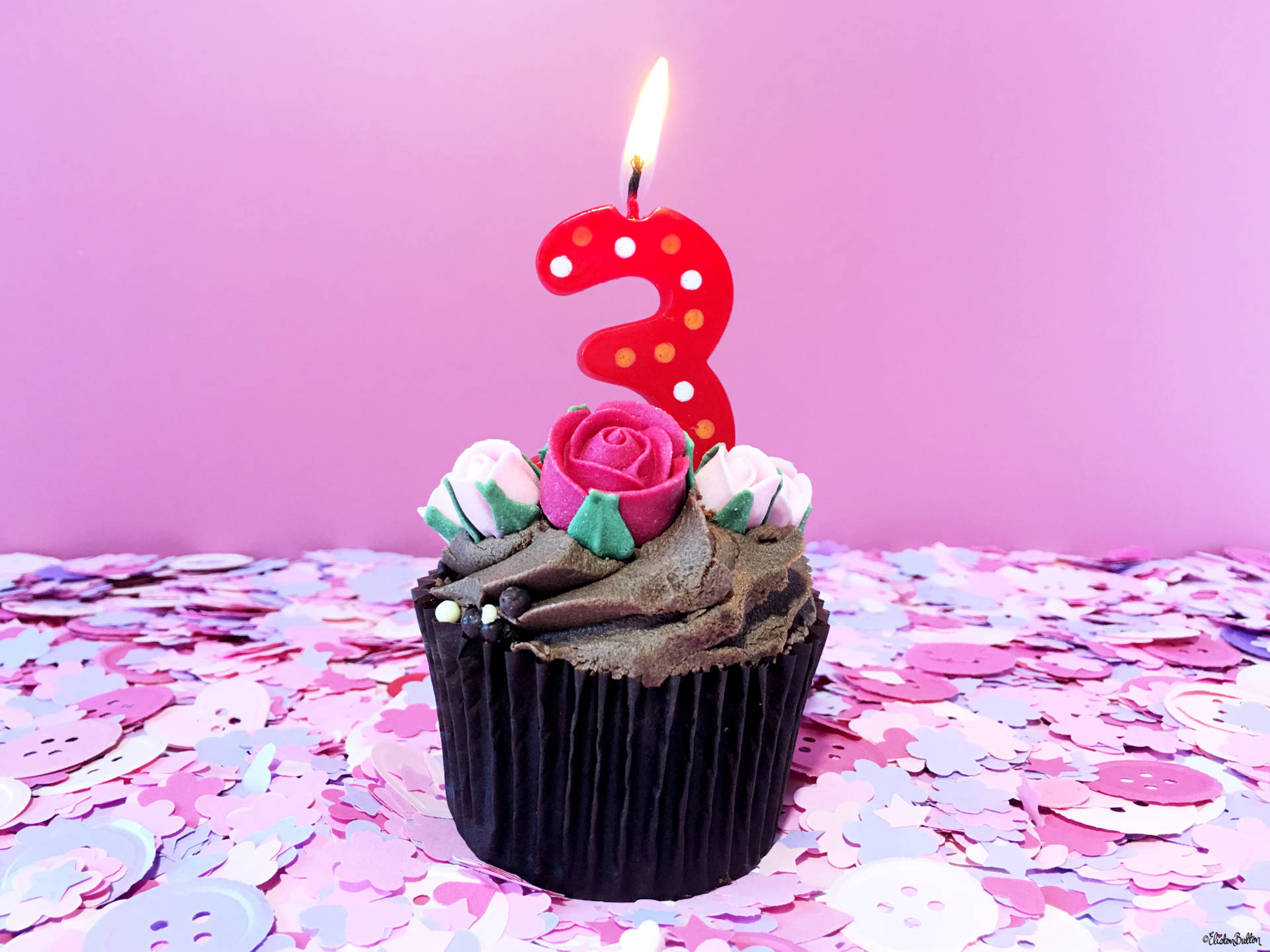 Eliston Button is 3! Frosted Cupcake with Icing Sugar Roses and Number 3 Candle - Eliston Button is 3! at www.elistonbutton.com - Eliston Button - That Crafty Kid – Art, Design, Craft & Adventure.
